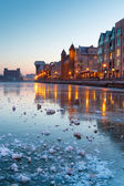Altstadt in danzig mit gefrorenen motlawa rive — Stockfoto