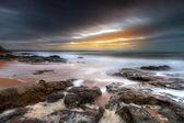 Atlantik okyanusu kayalık peyzaj gün batımında — Stok fotoğraf