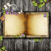Ouvrez le livre vintage sur table en bois — Photo