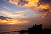 Günbatımı üzerinde hindu tapınağı tanah lot, bali — Stok fotoğraf