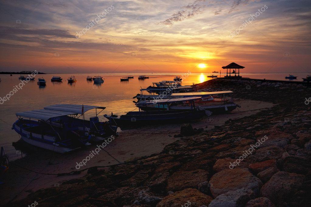渔船上巴厘岛日出
