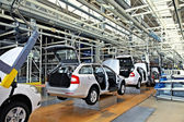 Assembling cars Skoda Octavia on conveyor line — 图库照片