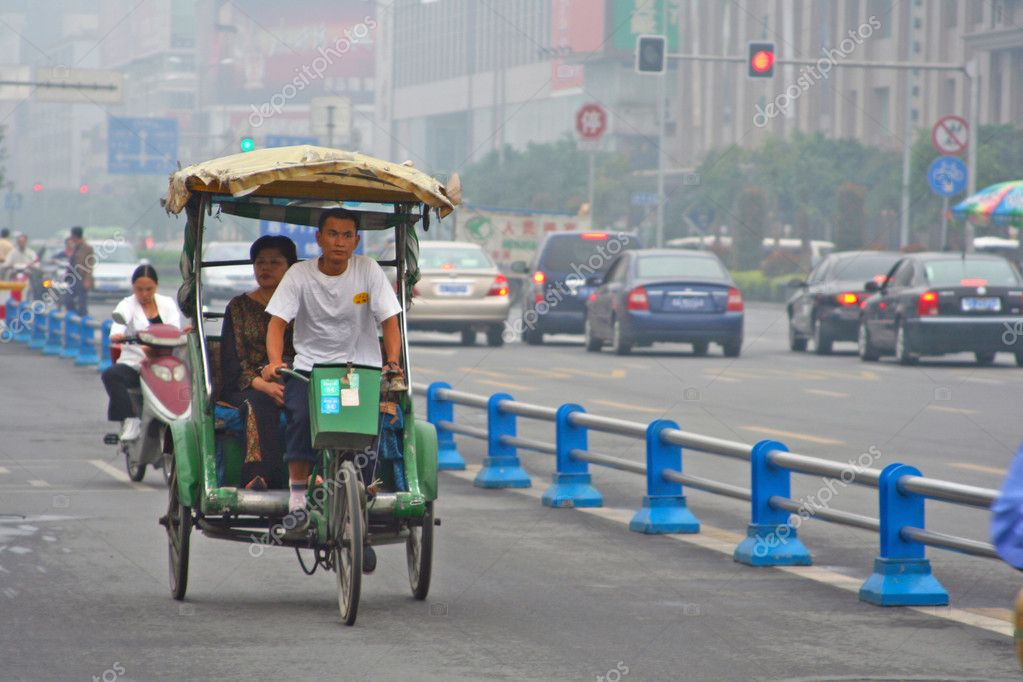 CHENGDU, CHINA - SEPTEMBER 16: Special line for bicyles, pedicabs on the multilane road on September 16, 2006 in Chengdu, Sichuan, China — Stock Photo #9250178