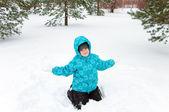 Junge im blauen Jacke, die zu Fuß in ein Winter-park — Stockfoto