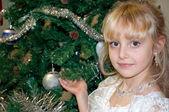 Noel ağacı güzel kız portresi — Stok fotoğraf