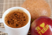 "Coffee and apple with the inscription ""I love you"" in Russian — Stock Photo"