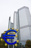 Valutateken van de euro en de Europese centrale bank in frankfurt — Stockfoto