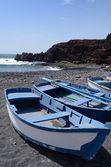 Niebieskie łódki na lanzarote — Zdjęcie stockowe