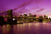Ponte di brooklyn e manhattan al tramonto, new york — Foto Stock