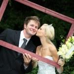 美丽的婚纱夫妇与框架 — 图库照片