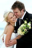 Lindo casal de noivos ao lado do mar — Fotografia Stock