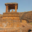 Fort atop rocky mountain and cave temples at Badami — Stockfoto