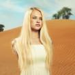 Woman and desert. UAE — Stock Photo