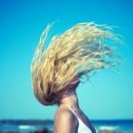 mooie vrouw op zee — Stockfoto