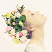 Belle jeune fille avec des fleurs — Photo