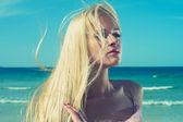 Vacker kvinna vid havet — Stockfoto