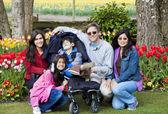 有残疾的男孩在郁金香花园中的家庭 — 图库照片