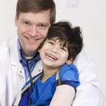 erkek doktor Holding toddler hasta kucağına devre dışı. — Stok fotoğraf