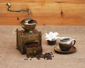 Coffee grinder and cup of coffee — 图库照片