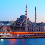 在晚上悠久新清真寺 — 图库照片