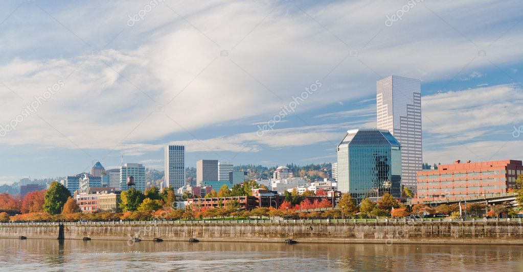 Portland Oregon downtown modern architecture seen from the waterfront with vibrant autumn color — Stock Photo #8099379