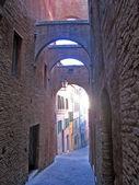 Sendero estrecho en siena italia — Foto de Stock
