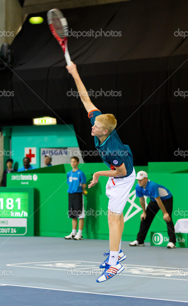 ZURICH, SWITZERLAND-MARCH 24: Kyle Edmund plays tennis in final of BNP Paribas Open Champions Tour against Mitchell Krueger in Zurich, SUI on March 24, 2012.  He won the title in category talents. — Stock Photo #9711923