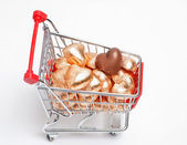 Sweet heart from chocolate, gold foil wrapped chocolate hearts and shopping cart — Stock Photo