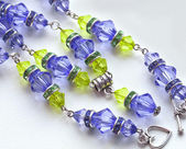 Purple beads, with green stones — Stock fotografie