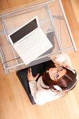 Kadın ile bir laptop ve kulaklık — Stok fotoğraf