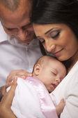 Família de jovem de raça mista com bebê recém-nascido — Foto Stock