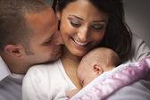смешанные расы молодой семьи с новорожденным — Стоковое фото