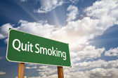 Quit Smoking Green Road Sign and Clouds — Foto Stock