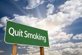 Stoppen met roken groene verkeersbord en wolken — Stockfoto