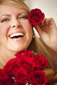 Kvinna med en massa röda rosor. — Stockfoto