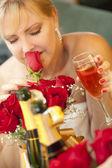 Sarışın kadın ayna champagne yakınındaki, gül kokuyor — Stok fotoğraf