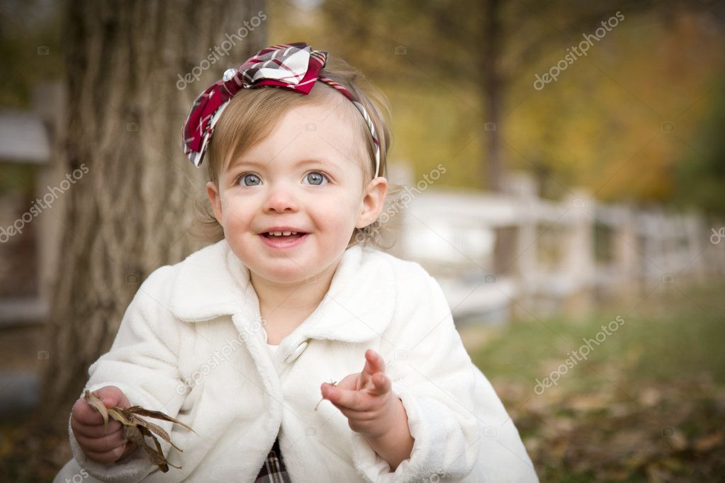 Adorable Baby Girl Playing Outside in the Park. — Stock Photo #8086257