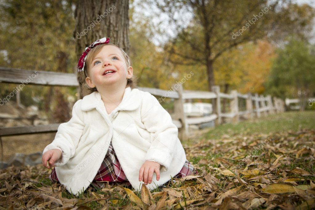 Adorable Baby Girl Playing Outside in the Park. — Stock Photo #8086260