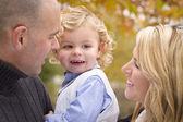 Jonge aantrekkelijke ouders en kind portret in park — Stockfoto