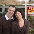 Happy Couple in Front of Sold Real Estate Sign — Stock fotografie