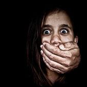 Jeune fille abusée par un homme se cachant dans l'ombre — Photo