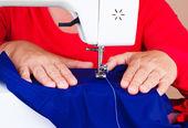 Hände, die arbeit an einer nähmaschine — Stockfoto