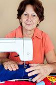 Hiszpanin kobieta pracuje na maszynie do szycia — Zdjęcie stockowe