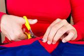 Découper un morceau de tissu de mains — Photo