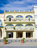 Colorful colonial building in Havana — Stock Photo