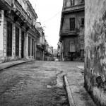 Urban scene with shabby buildings in Old Havana — Stock Photo #8481284