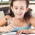 hermosa chica de hispana trabajando en su proyecto de escuela en casa — Foto de Stock
