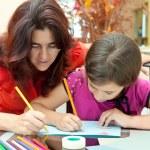 Madre Latina ayudando a su hija con su proyecto de arte de la escuela — Foto de Stock