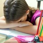 chica cansada durmiendo después de terminar sus tareas escolares — Foto de Stock