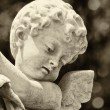 hermosa estatua antigua de un angelito infantil — Foto de Stock
